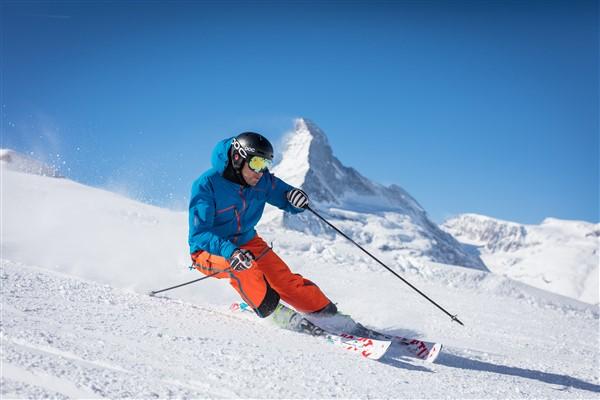 Zermatt skiër met Matterhorn op achtergrond