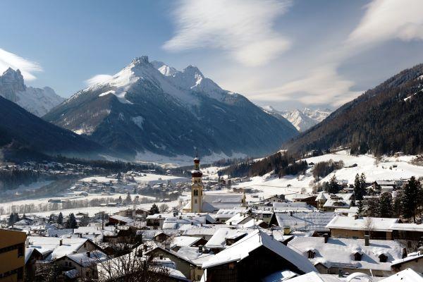 Stubaital het dorp Fulpmes in de winter © TVB Stubai Tirol