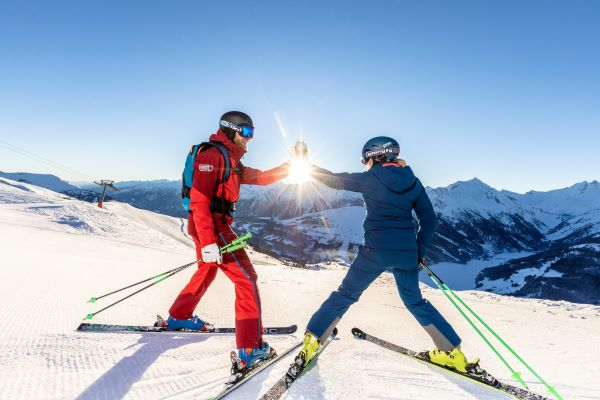 Zillertal Arena skiërs klaar voor vertrek op de piste © Zillertal Arena